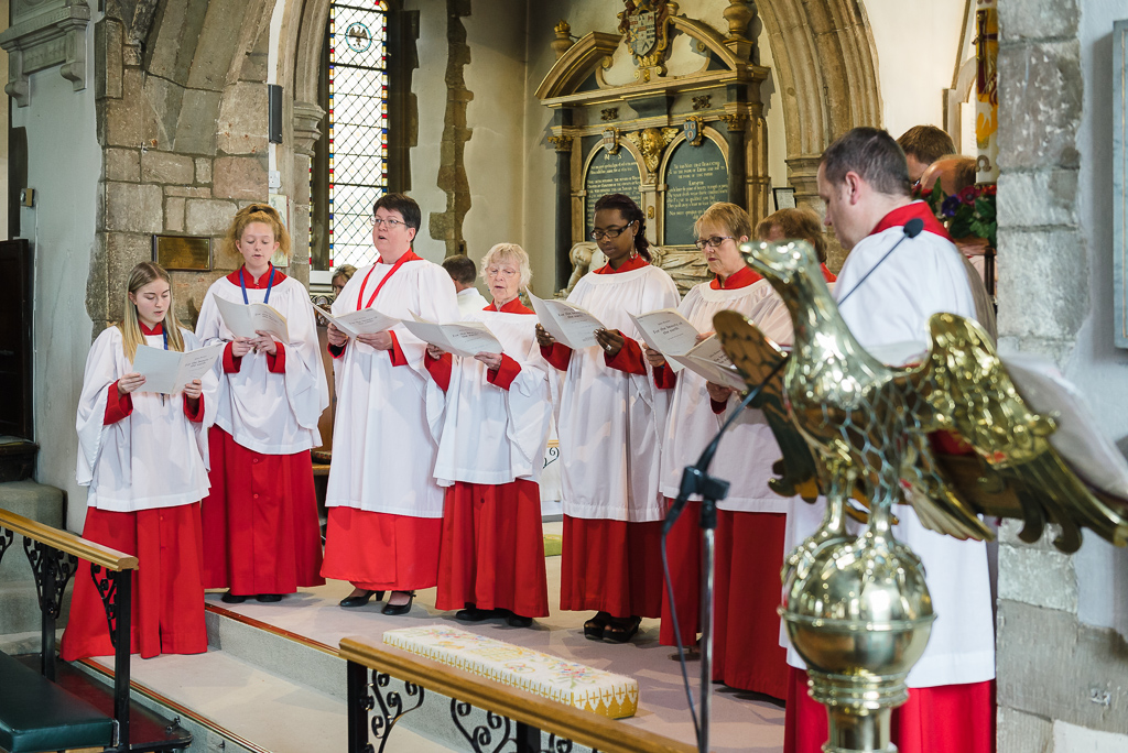 St Paulinus Church choir singing during the wedding ceremony | Oakhouse Photography